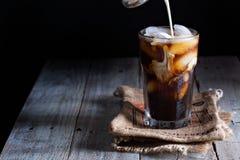 在一块高玻璃的被冰的咖啡