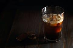在一块高玻璃的被冰的咖啡 免版税库存照片
