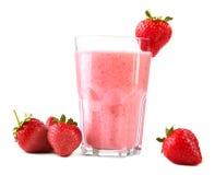 在一块高玻璃的酒精鸡尾酒 一名桃红色草莓圆滑的人 在白色背景和新鲜的莓果隔绝的果子饮料 免版税库存照片