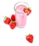 在一块高玻璃的酒精鸡尾酒 一名桃红色草莓圆滑的人 果子饮料和新鲜的莓果在白色背景 库存图片