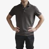 在一块年轻人模板的深灰T恤杉在灰色背景 免版税库存图片