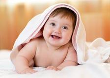 在一块戴头巾毛巾下的滑稽的小孩子在浴以后 免版税库存照片