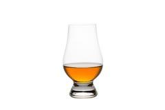 在一块水晶品尝的玻璃的被隔绝的威士忌酒 库存图片