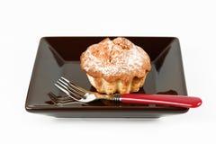 在一块黑暗的板材的酥脆蛋糕有叉子的 库存图片