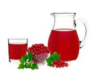 在一块玻璃和一个蒸馏瓶的红浆果饮料用莓果无核小葡萄干 库存图片