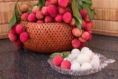 在一块玻璃板的新鲜的水多的lychee果子 有机leechee甜点果子 库存图片