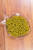 在一块玻璃板的罐装绿豆以在桌上的鱼特写镜头的形式 库存照片
