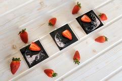 在一块玻璃的乳蛋糕点心用在白色背景的新鲜的草莓 免版税库存照片