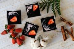 在一块玻璃的乳蛋糕点心用在白色背景的新鲜的草莓 库存照片