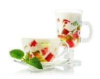 在一块玻璃的五颜六色的果冻点心用薄菏 免版税库存图片