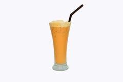 在一块玻璃的冷的牛奶茶与冰 库存照片