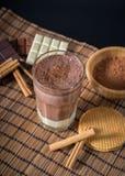 在一块玻璃的可口热巧克力用桂香 库存图片