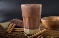 在一块玻璃的可口热巧克力用桂香 免版税库存照片