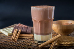 在一块玻璃的可口热巧克力用桂香 图库摄影