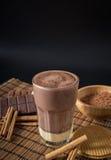 在一块玻璃的可口热巧克力用桂香 免版税库存图片