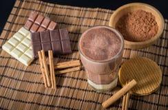 在一块玻璃的可口热巧克力用桂香 免版税图库摄影