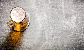 在一块玻璃的啤酒老石表面上 免版税库存图片