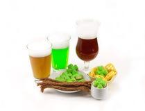 在一块玻璃的圣帕特里克阵营绿色和黑啤酒用开胃菜 免版税库存照片