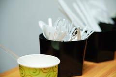 在一块黑玻璃的塑料茶匙子 图库摄影