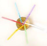 在一块玻璃的多彩多姿的管与一份黄色饮料 库存照片