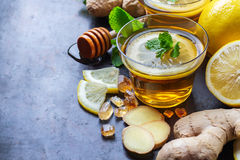 在一块玻璃的姜茶流感冷的冬日 库存图片