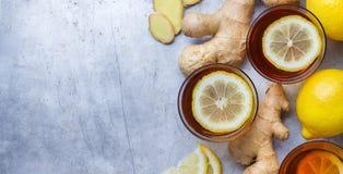 在一块玻璃的姜茶流感冷的冬日 免版税图库摄影