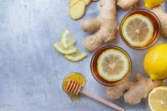 在一块玻璃的姜茶流感冷的冬日 免版税库存照片