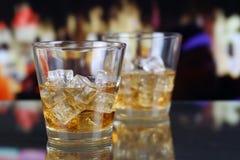 在一块玻璃的威士忌酒在酒吧 库存图片