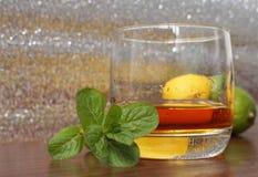 在一块玻璃的威士忌酒用柠檬 图库摄影