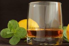 在一块玻璃的威士忌酒用柠檬 免版税库存照片
