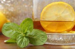 在一块玻璃的威士忌酒用柠檬 免版税库存图片