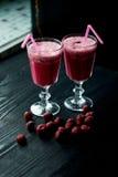在一块玻璃的新鲜的凉快的圆滑的人与词根 可口和健康BreakfastOf樱桃和草莓 库存图片