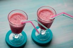 在一块玻璃的新鲜的凉快的圆滑的人与词根 可口和健康BreakfastOf樱桃和草莓 免版税库存图片