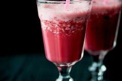 在一块玻璃的新鲜的凉快的圆滑的人与词根 可口和健康BreakfastOf樱桃和草莓 库存照片