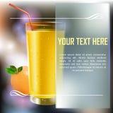 在一块玻璃的新鲜的桔子和樱桃汁用果子 库存照片