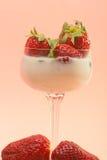 在一块玻璃的新鲜的草莓与奶油 库存照片