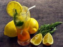 在一块玻璃的新鲜的被冰的柠檬水与切片柠檬,杏子, mi 库存照片