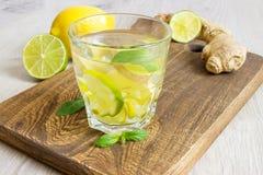 在一块玻璃的有机姜汁无酒精饮料苏打用柠檬和石灰 免版税图库摄影