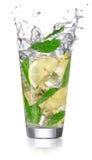 在一块玻璃的柠檬水与飞溅 图库摄影