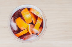 在一块玻璃的桑格里酒酒与冰和柠檬切片 库存照片