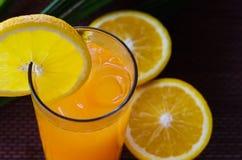 在一块玻璃的橙汁与冰 库存图片