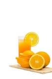 在一块玻璃的橙汁与在白色隔绝的冰 免版税库存图片