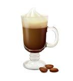 在一块玻璃的浓咖啡用在白色背景的咖啡豆 图库摄影
