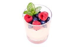 在一块玻璃的点心用莓果和薄菏 免版税库存图片