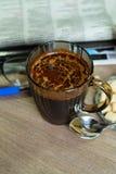 在一块玻璃的热的咖啡一个早晨好和早报 免版税库存图片