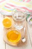 在一块玻璃的热水用柠檬和甜蜂蜜 免版税库存图片