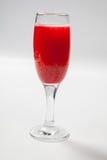 在一块玻璃的红葡萄酒在白色背景 免版税库存图片
