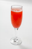 在一块玻璃的红葡萄酒在白色背景 免版税图库摄影