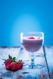 在一块玻璃的草莓圆滑的人用新鲜的草莓 库存照片
