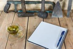 在一块玻璃的菊花茶与工具 免版税库存照片